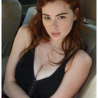 Belle poitrine laiteuse d'une étudiante rousse